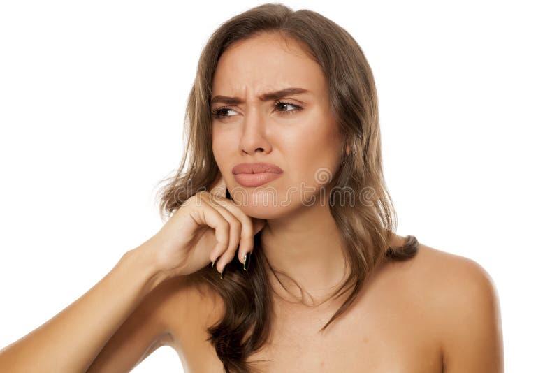 Vrouw met pijnlijke oren royalty-vrije stock afbeeldingen