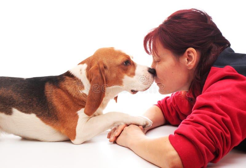 Vrouw met puppy royalty-vrije stock fotografie