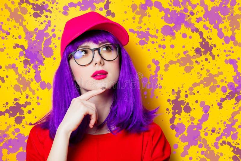 Vrouw met purpere haar en oogglazen stock afbeeldingen