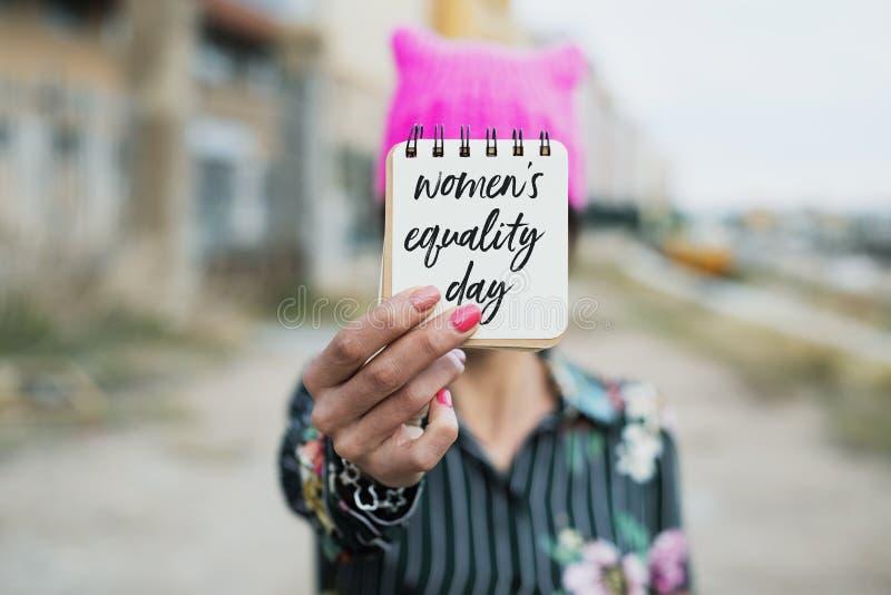 Vrouw met pussyhat en tekst de gelijkheidsdag van vrouwen stock fotografie