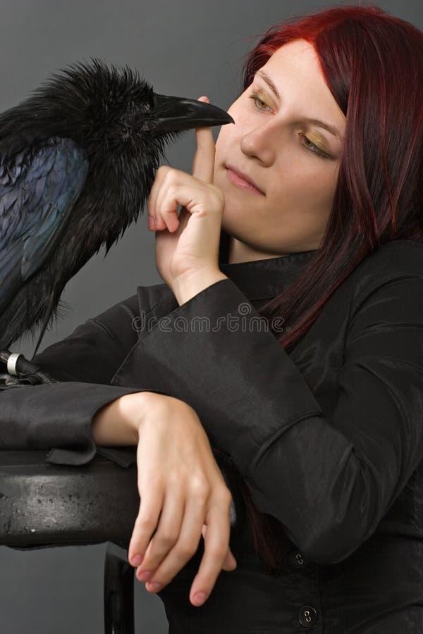 Vrouw met raaf stock afbeelding