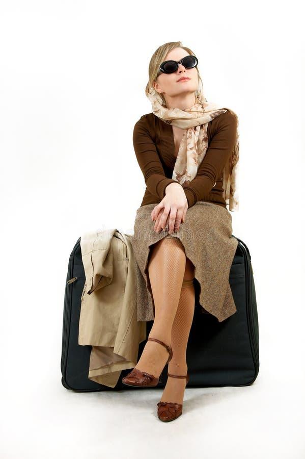 Vrouw met reusachtige zak royalty-vrije stock afbeelding