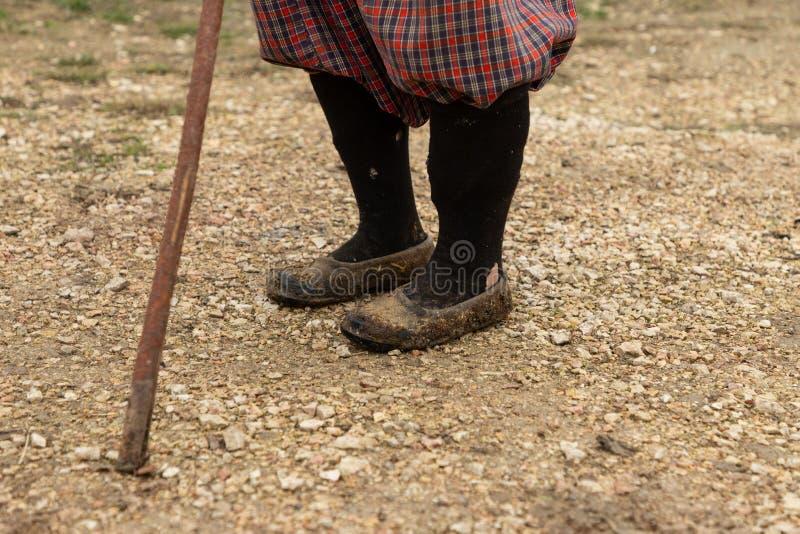 Vrouw met riet in het dorp royalty-vrije stock fotografie