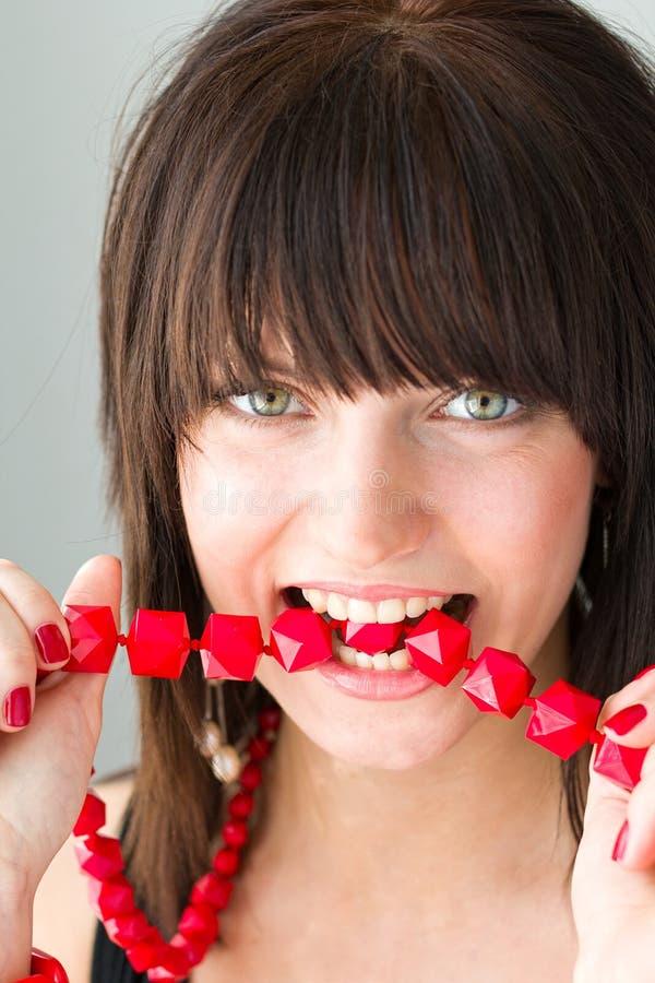 Vrouw met rode halsband stock fotografie