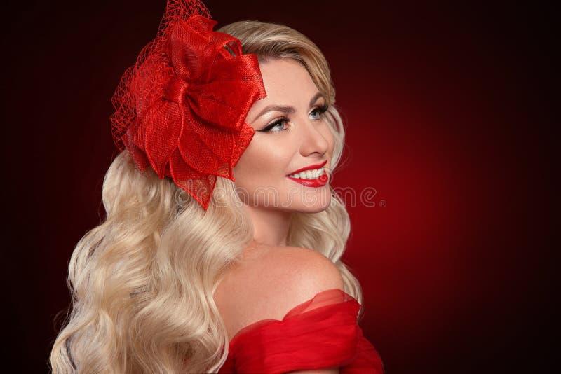 Vrouw met rode lippen in elegante hoed over donkere achtergrond Beautif royalty-vrije stock fotografie