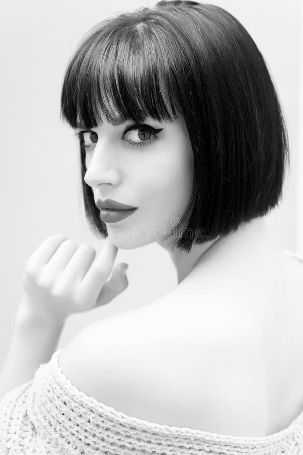 Vrouw met rode lippen sexy schouder in Parijs, Frankrijk royalty-vrije stock afbeeldingen