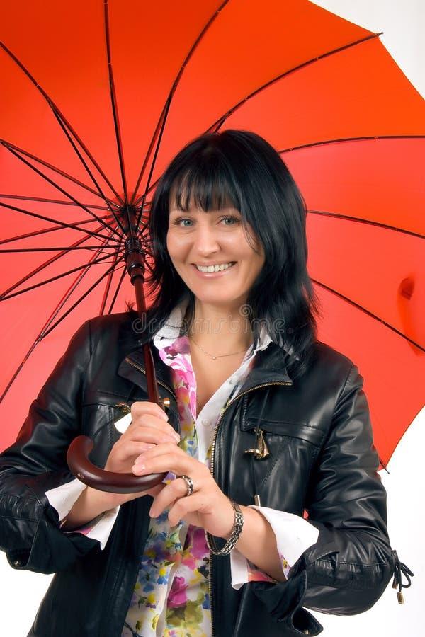 Vrouw met rode paraplu royalty-vrije stock afbeelding