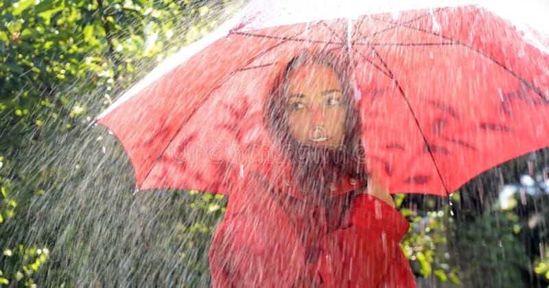 Vrouw met Rode Paraplu stock afbeeldingen