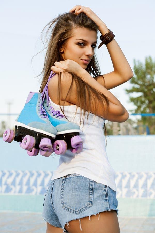 Vrouw met rolschaatsen stock foto