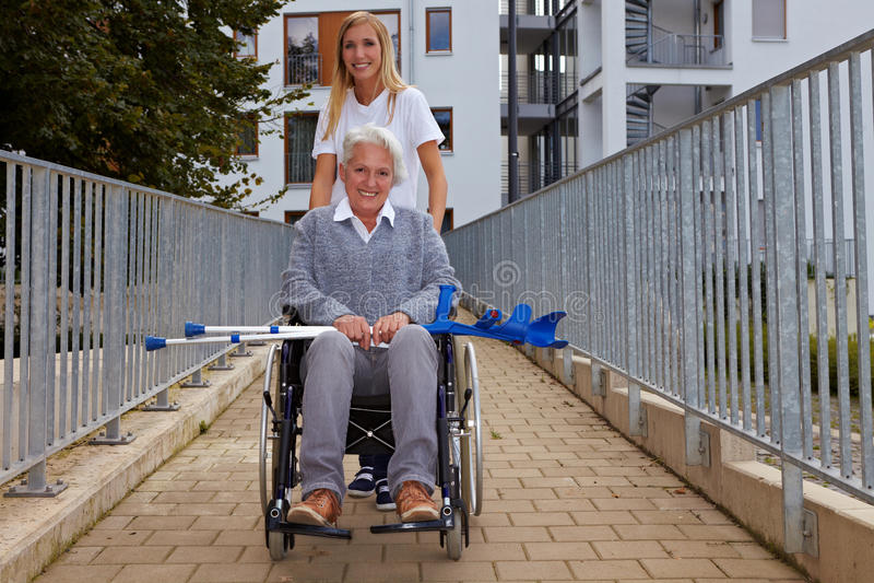 Vrouw met rolstoeloprit royalty-vrije stock afbeelding