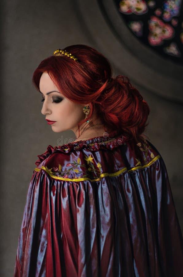 Download Vrouw met rood haar stock foto. Afbeelding bestaande uit mooi - 54079928