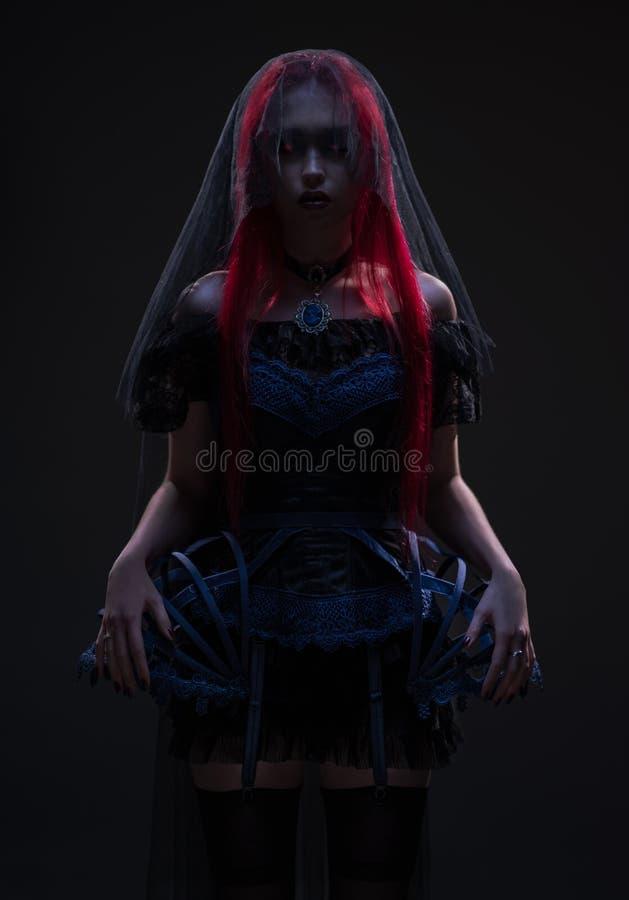 Vrouw met rood haar en zwarte sluier royalty-vrije stock fotografie