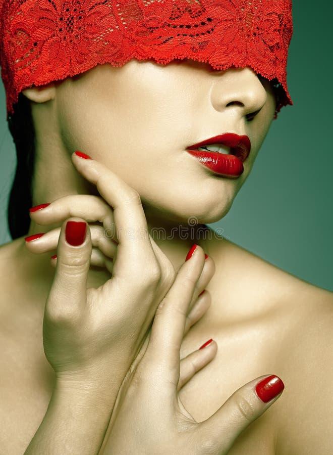 Vrouw met rood kanten lint op ogen royalty-vrije stock foto's