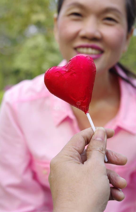 Vrouw met rood suikergoed stock afbeelding