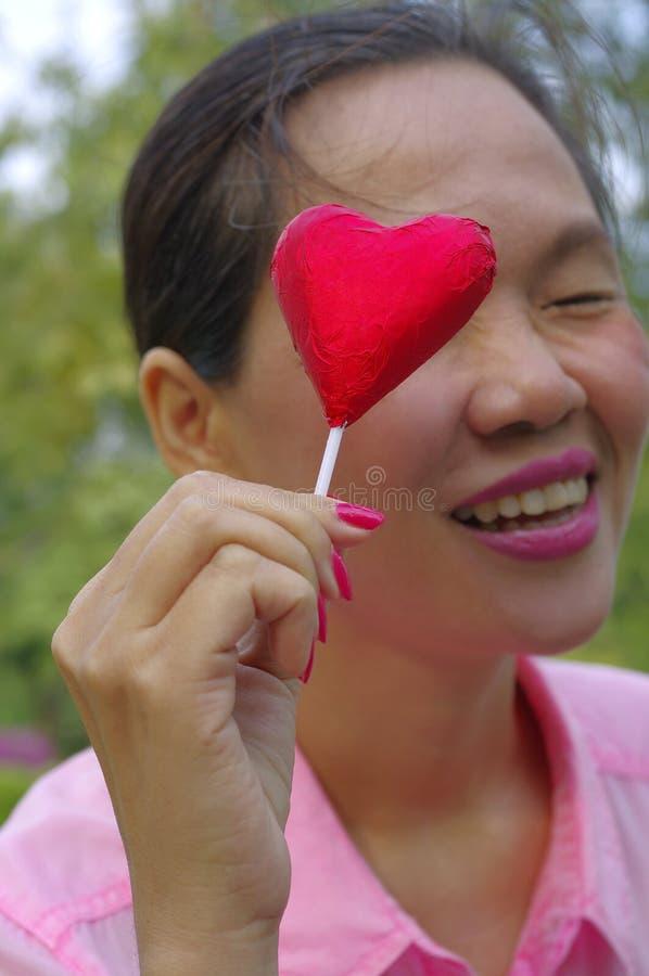 Vrouw met rood suikergoed royalty-vrije stock afbeeldingen
