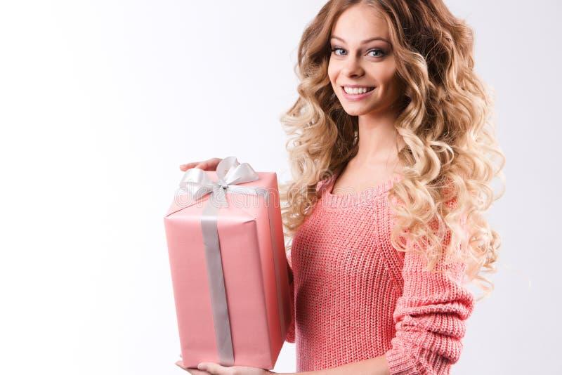 Vrouw met roze gift op een wit royalty-vrije stock fotografie