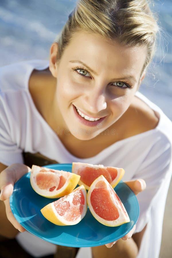 Vrouw met roze grapefruit