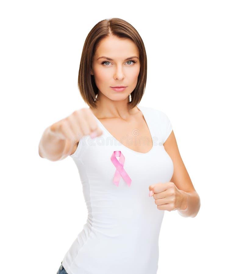 Vrouw met roze kankerlint stock foto