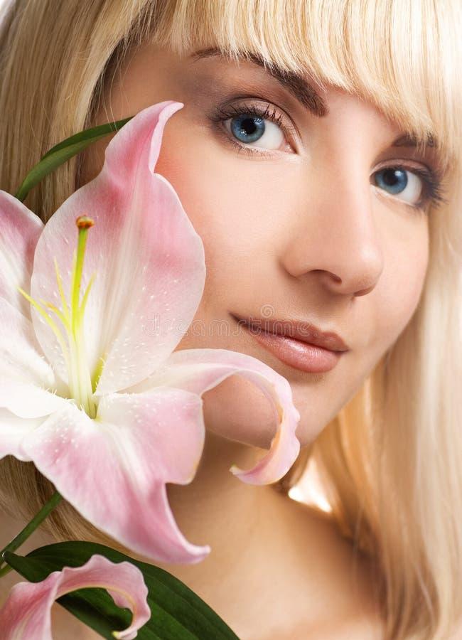 Vrouw met roze lelie stock foto
