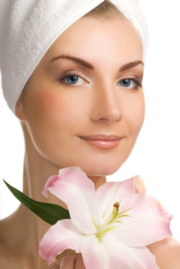 Vrouw met roze lelie royalty-vrije stock foto