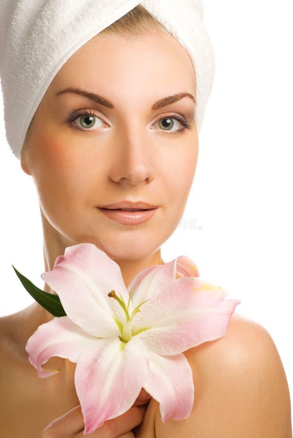 Vrouw met roze lelie stock afbeeldingen