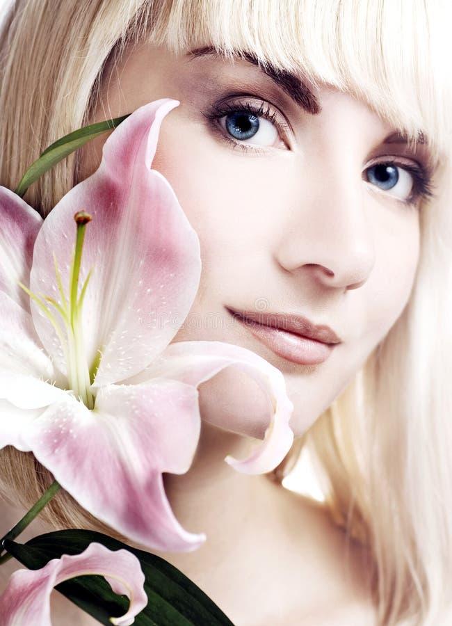 Vrouw met roze lelie royalty-vrije stock fotografie