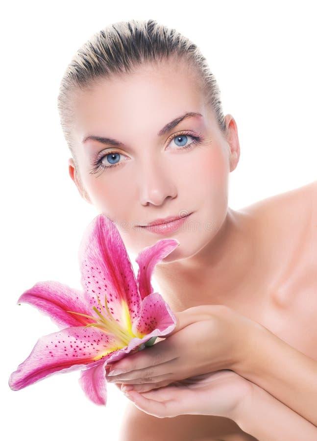 Vrouw met roze lelie royalty-vrije stock foto's