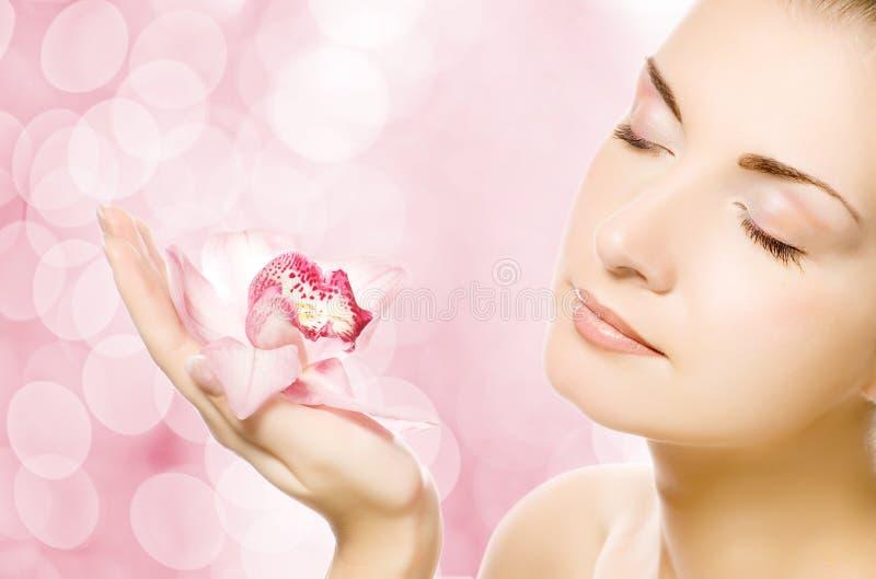 Vrouw met roze orchidee royalty-vrije stock fotografie
