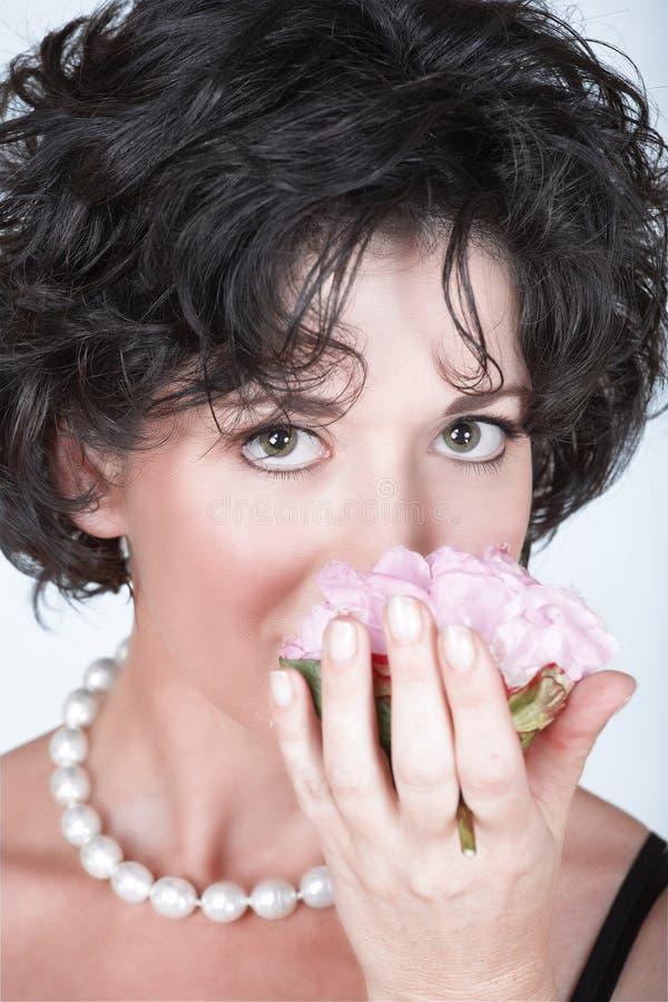 Vrouw met roze pioenbloem royalty-vrije stock fotografie