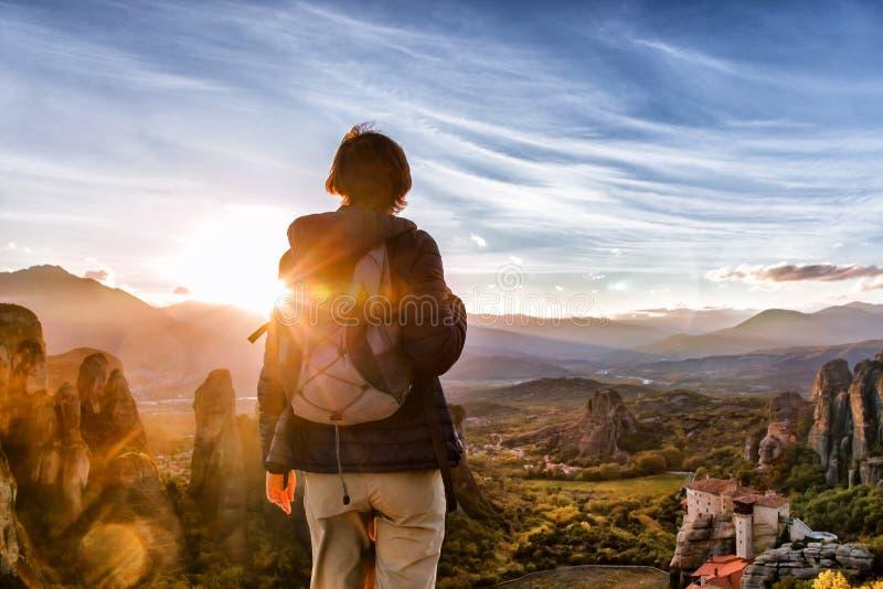 Vrouw met rugzak die geniet van zonsopgang op berg royalty-vrije stock fotografie