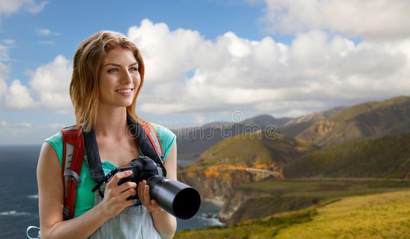 Vrouw met rugzak en camera bij grote surkust royalty-vrije stock afbeelding