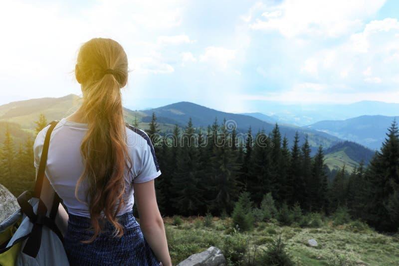 Vrouw met rugzak in wildernis Bergen stock fotografie