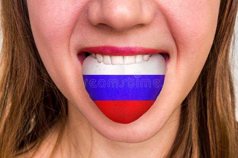 Vrouw met Russische vlag op de tong stock afbeeldingen