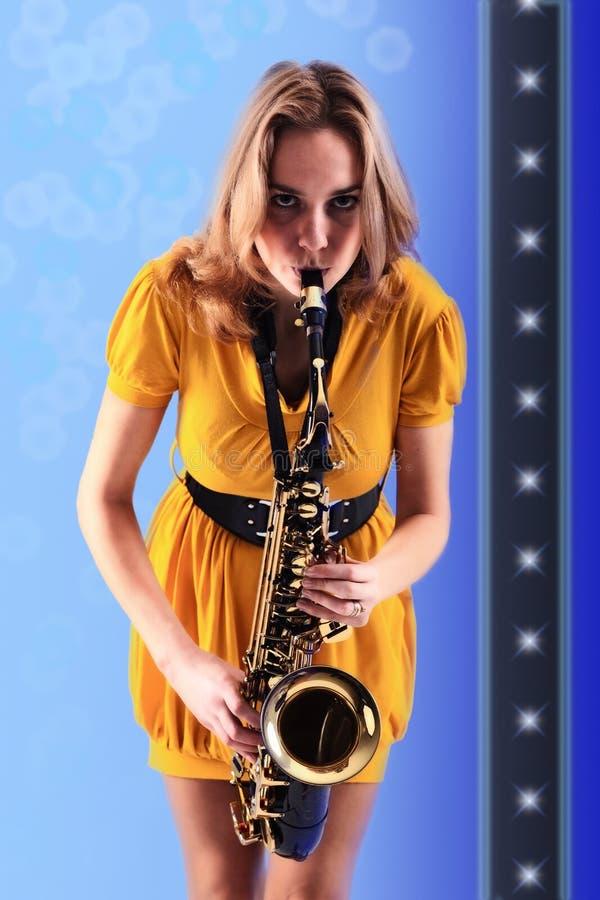 Vrouw met saxofoon. royalty-vrije stock fotografie