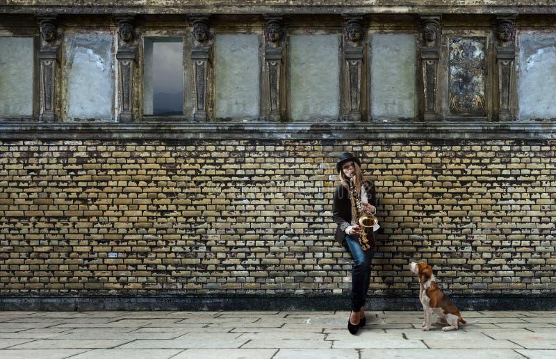 Vrouw met saxofoon stock foto's