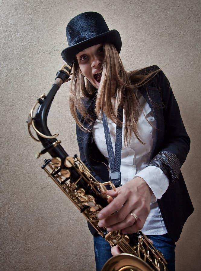 Vrouw met saxofoon royalty-vrije stock afbeelding