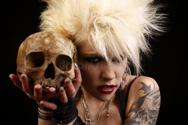 Vrouw met schedel stock foto