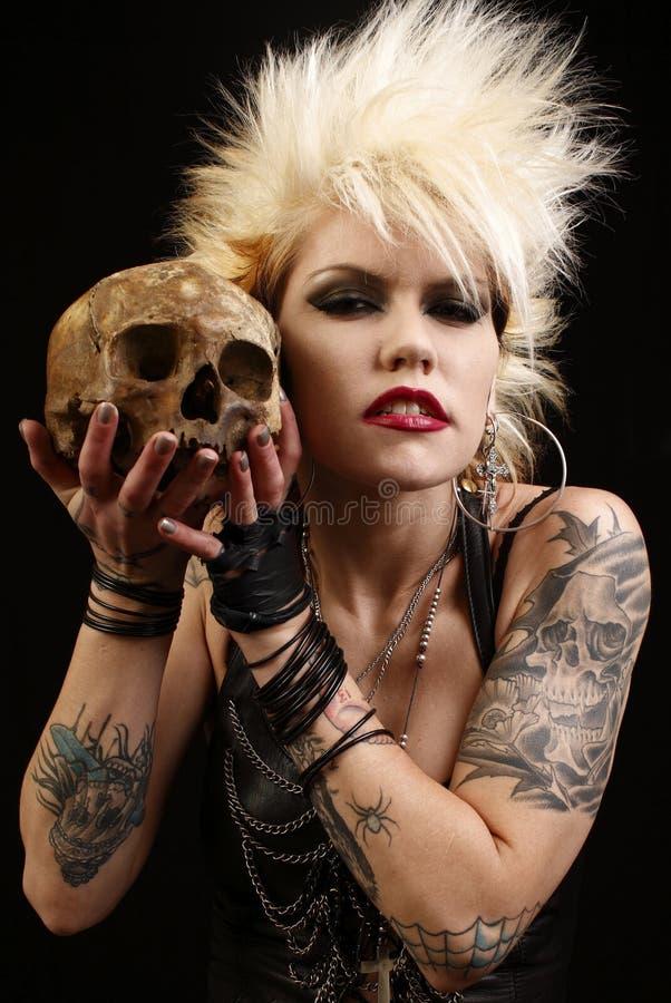Vrouw met schedel stock fotografie