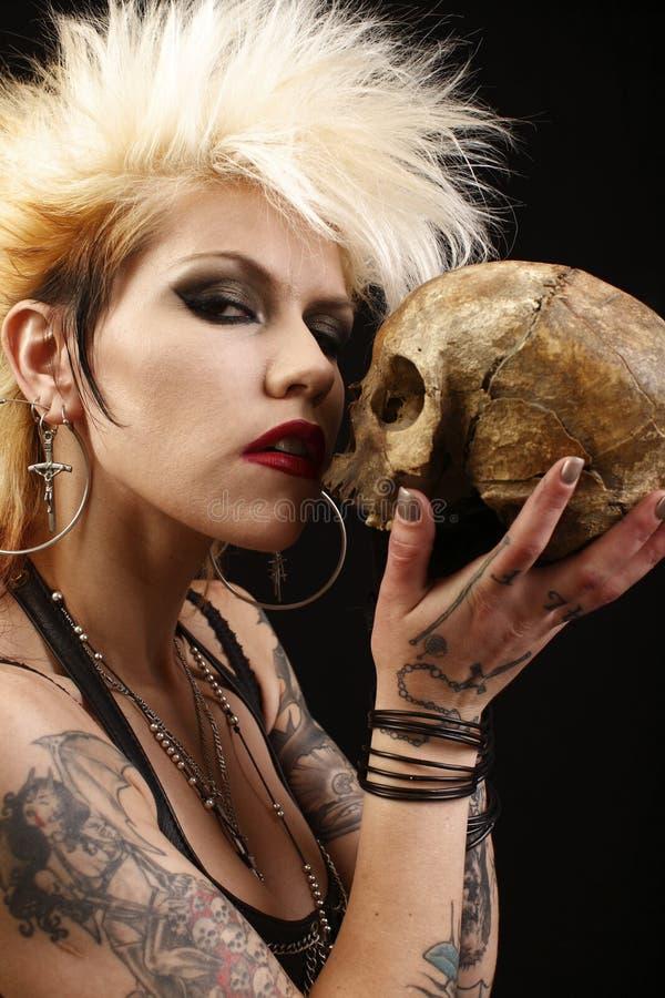 Vrouw met schedel stock foto's