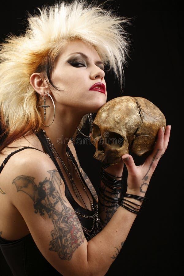 Vrouw met schedel royalty-vrije stock afbeelding