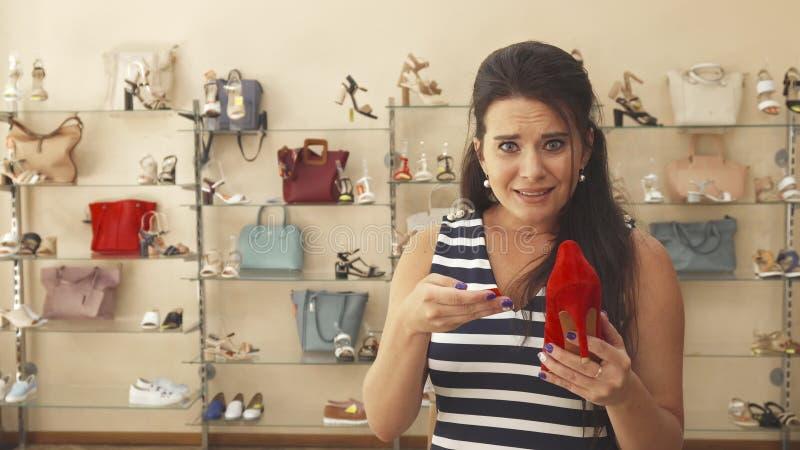 Vrouw met schoenenprijs die wordt teleurgesteld royalty-vrije stock foto's