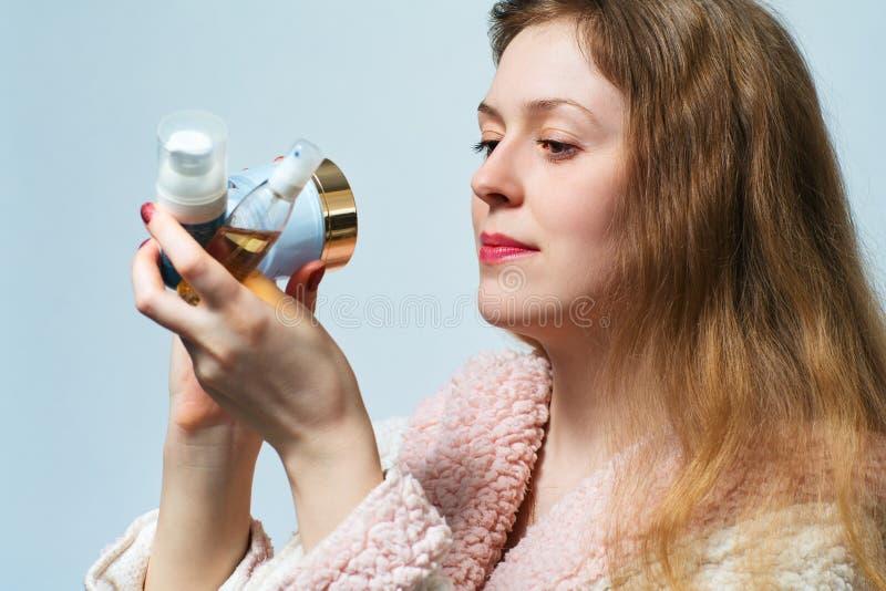 Vrouw met schoonheidsmiddelen stock foto's