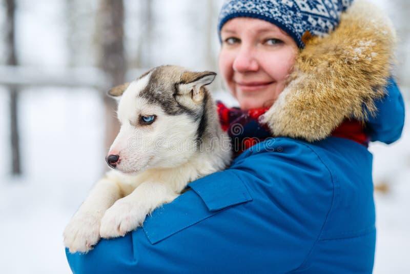 Vrouw met schor puppy stock fotografie