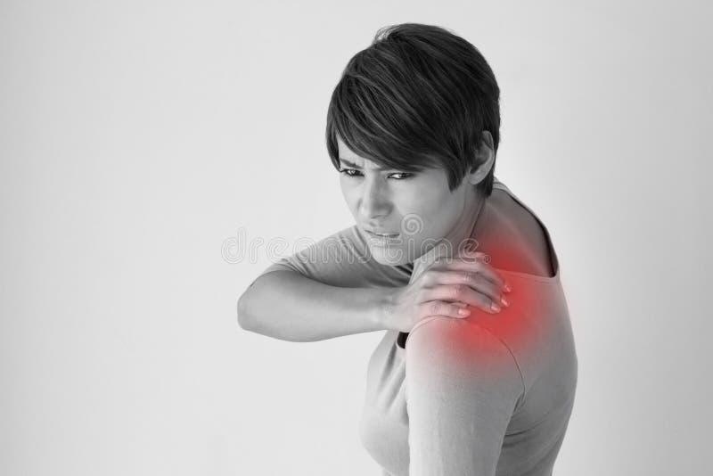 Vrouw met schouderpijn of stijfheid stock foto
