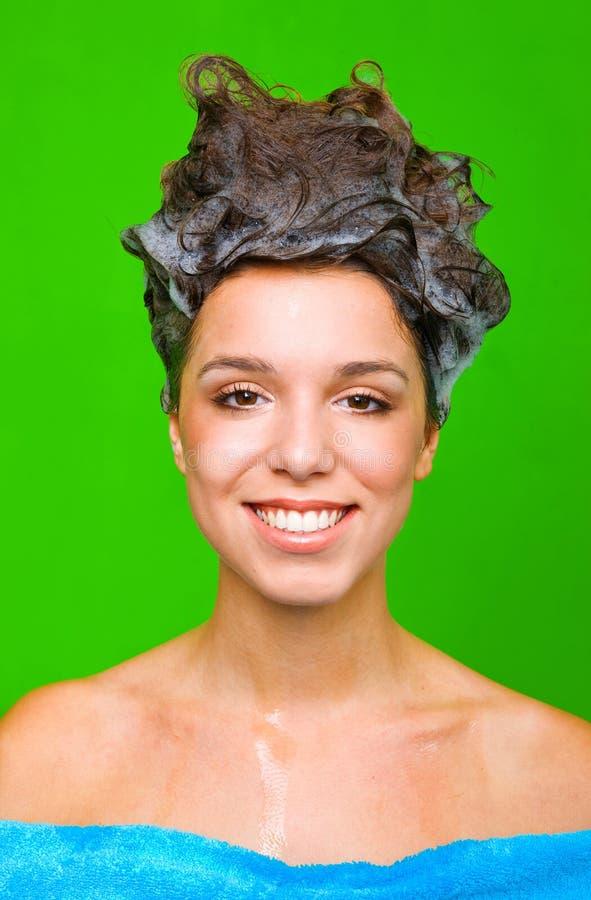 Vrouw met shampoo in haar haar royalty-vrije stock afbeeldingen