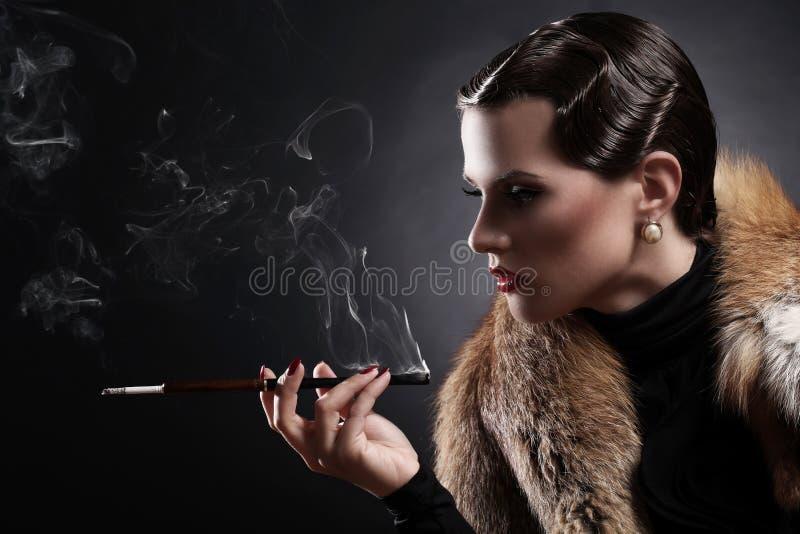 Vrouw met sigaret in uitstekend beeld royalty-vrije stock afbeelding