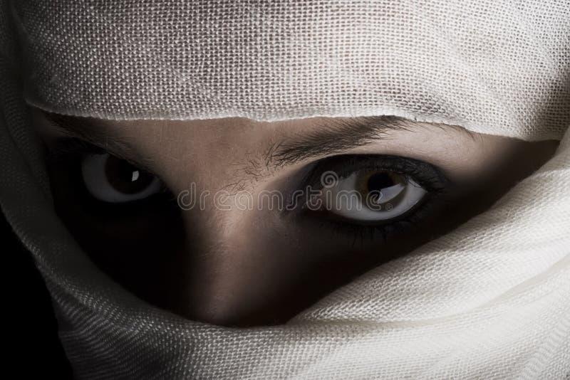 Vrouw met sjaal op gezicht stock afbeeldingen