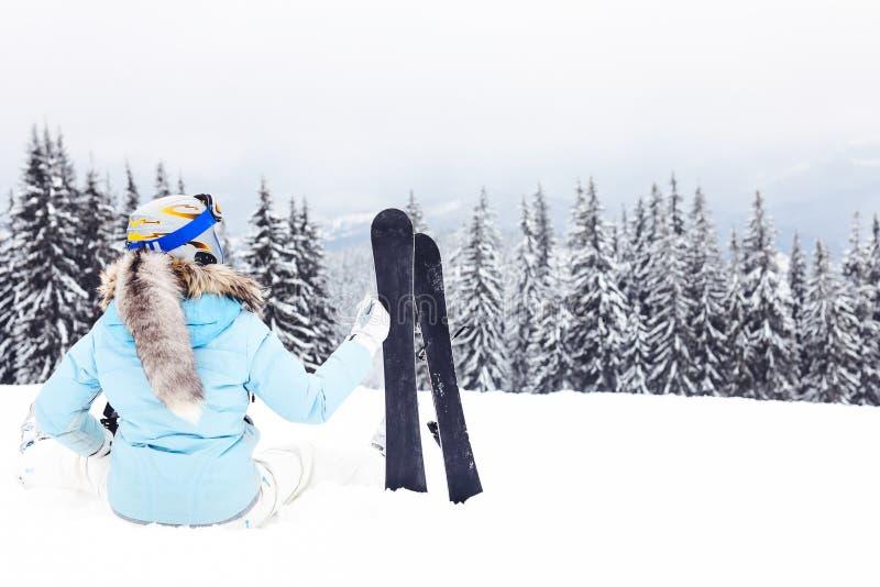 Vrouw met skibladen op berg stock fotografie