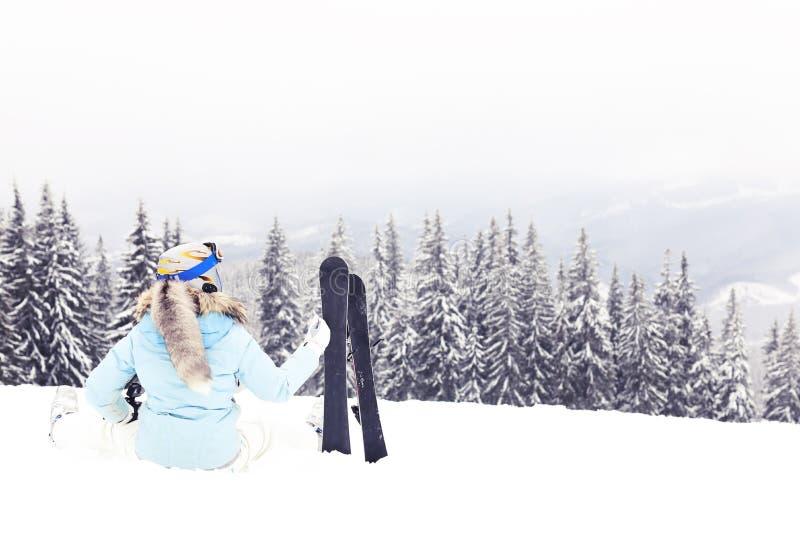 Vrouw met skibladen op berg stock afbeeldingen