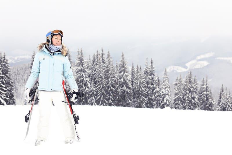 Vrouw met skibladen op berg royalty-vrije stock fotografie